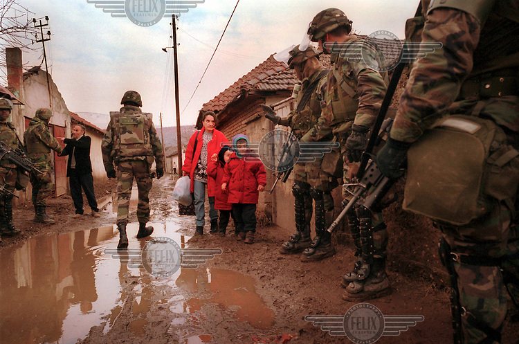 KOSOVO. Mitrovice. 21/02/2000..American soldiers search the Albanian area of Northern mitrovice..©Andrew Testa