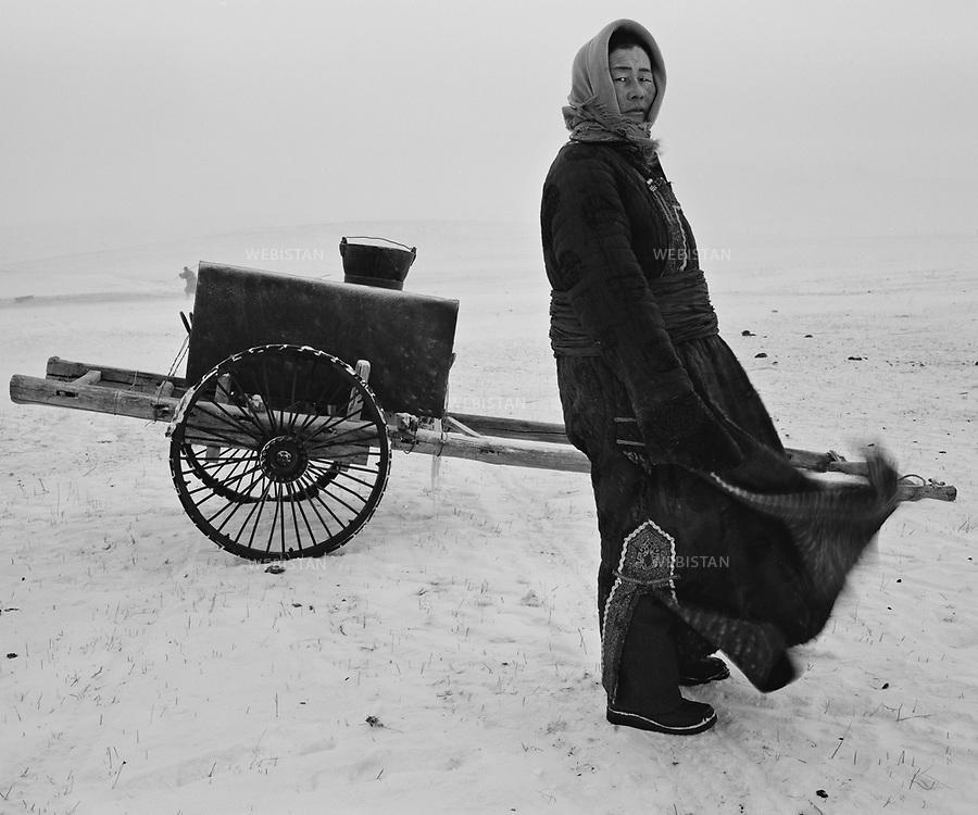 Inner Mongolia. 2006: The Mongolian woman pulling the water <br /> <br /> Mongolie interieure. 2006: Femme mongole tirant de l eau