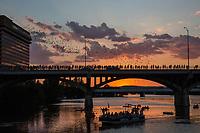 Gente viendo el éxodo nocturno de murciélago desde el puente de Congress de Ann W. Richards al atardecer en Austin, Texas. El murciélago de cola libre de Mexico, tambien conocido como murciélago de cola-libre de Brasil, bajo el puente de la avenida de Congress, a diez cuadras al sur del Capitoloio del Estado de Texas, es la colonia urbana de murciélagos mas grande del mundo