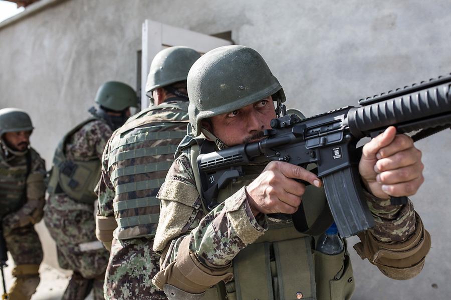 Soldiers of the Afghan National Army (ANA) are training in the Special Forces Commando base in the outskirt of Kabul. This exercices is for searching inside houses of the ennemies, Kabul, Afghanistan, 4th November 2017.<br /> <br /> Des soldats de l'armée nationale afghane (ANA) s'entraînent dans la base du commando des forces spéciales dans la banlieue de Kaboul. Cet exercice est destiné à la fouille des maisons de l'ennemi, Kaboul, Afghanistan, le 4 novembre 2017.