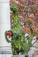 NOVA YORK, EUA, 11.11.2018 - TURISMO-EUA - Árvores de Natal em formato de dinossauro são vistas em frente ao Museu de História Natural de Nova York nos Estados Unidos neste domingo, 11. (Foto: William Volcov/Brazil Photo Press)