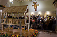 Fedeli in preghiera durante la cerimonia a San Giovanni Rotondo per l'ostensione del corpo di Padre Pio.<br /> Faithful in prayer at San Giovanni Rotondo during the ceremony for the Exposition of the body of Padre Pio.