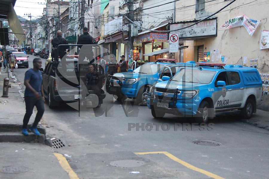 RIO DE JANEIRO, RJ, 15.05.2015: VIOLÊNCIA-RIO - Dois ônibus foram incendiados na manhã desta sexta-feira (15) na região central do Rio. Os incêndios ocorreram durante protesto pela morte de dois moradores do Morro de São Carlos, que fica nessa região. Em menos de 24 horas, sete ônibus foram incendiados. Um dos coletivos foi na avenida Salvador de Sá, no Estácio, zona norte do Rio. Já o segundo, foi no bairro de Rio Comprido. (Foto: Celso Barbosa/Brazil Photo Press)