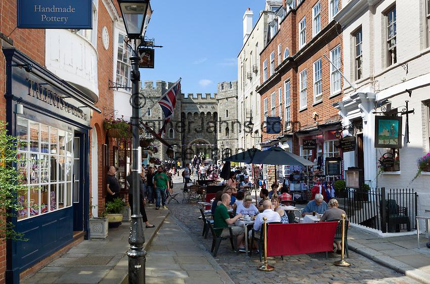 Great Britain, England, Berkshire, Windsor: Cafes and souvenir shops by Windsor Castle | Grossbritannien, England, Berkshire, Windsor: Cafes und Andenkenlaeden vorm Windsor Castle