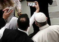 Una coppia di sposi novelli fa un selfie con Papa Francesco al termine dell'udienza generale del mercoledi' in aula Paolo VI in Vaticano, 15 febbraio 2017.<br /> A newly married couple takes a selfie with Pope Francis at the end of his weekly general audience in Paul VI Hall at the Vatican, on February 15, 2017.<br /> UPDATE IMAGES PRESS/Isabella Bonotto<br /> <br /> STRICTLY ONLY FOR EDITORIAL USE