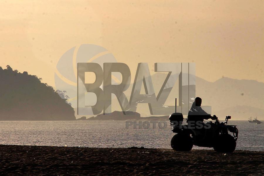 Rio de Janeiro,5 de agosto de 2012- Início da  manhã desta domingo(5) , na  praia de Copacabana, zonha  sul do RJ.<br /> Guto Maia / Brazil Photo Press