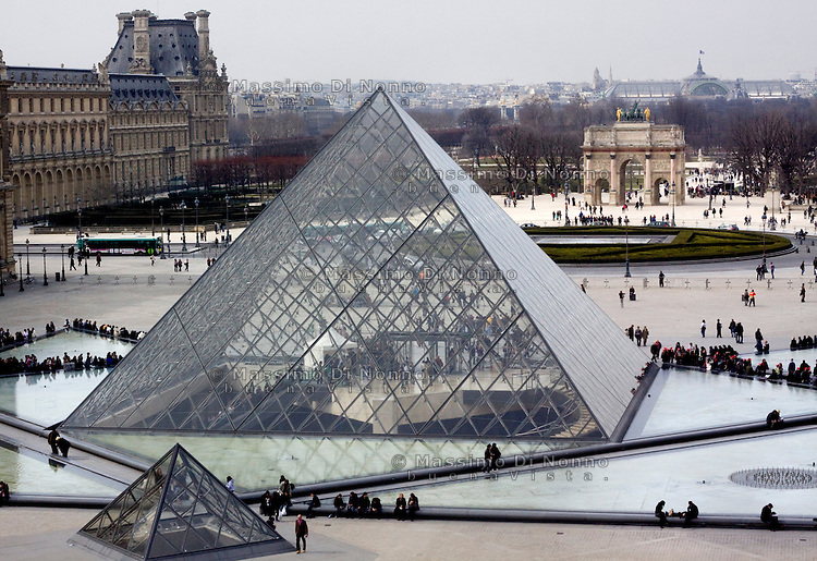 Parigi: vista esterna del museo del Louvre <br /> <br /> Paris: Louvre Museum
