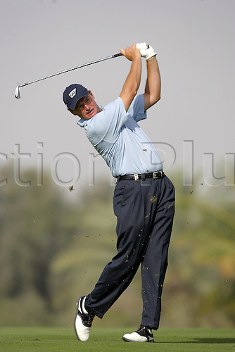 6 March 2005: South African golfer Ernie Els (RSA) looks into the distance after playing an iron shot from the 14th fairway during the fourth round of the Dubai Desert Classic held on the Majlis Course at the Emirates Golf Club, Dubai, United Arab Emirates. Els won by one stroke after finishing on 19 under par. Photo: Neil Tingle/Action Plus..050306 male man men golf golfer golfers