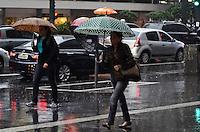 SAO PAULO, 05 DE JUNHO DE 2012 - CLIMA TEMPO SP - Chuva atinge a regiao central da capital, Avenida Paulista, na manha desta terca feira. Deve chover durante todo o dia segundo a previsao. FOTO: ALEXANDRE MOREIRA - BRAZIL PHOTO PRESS