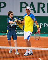 28-05-13, Tennis, France, Paris, Roland Garros, Thiemo de Bakker receives a towel from a ballboy