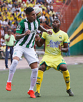 BUCARAMANGA-COLOMBIA-10-09-2016. Michael Balanta (Der) jugador del Atlético Bucaramanga disputa el balón con Gilberto Garcia (Izq) jugador de Atlético Nacional durante partido por la fecha 11 de la Liga Águila II 2016 jugado en el estadio Alfonso López de la ciudad de Bucaramanga./ Michael Balanta (R) player of Atletico Bucaramanga struggles the ball with Gilberto Garcia (L) player of Atletico Nacional during match for the date 11 of the Aguila League II 2016 played at Alfonso Lopez stadium in Bucaramanga cityty. Photo: VizzorImage / Duncan Bustamante / Cont