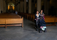 "BOGOTA - COLOMBIA, 06-03-2019: Cientos de personas de todas las edades se dirigen hacia las iglesias más cercanas para así recibir la ceniza que da inicio a la cuarezma/ Hundreds of people of all ages goes to the nearest churches to recive the ash that starts the ""cuarezma"" . Photo: VizzorImage / Nicolas Aleman / Cont"
