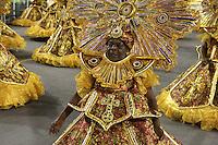 SÃO PAULO, SP, 16.02.2015  CARNAVAL 2015  SÃO PAULO  GRUPO DE ACESSO / PEROLA NEGRA  Integrantes da escola de samba Pérola Negra durante desfile do grupo de acesso do Carnaval de São Paulo, na madrugada desta segunda-feira, (16). (Foto: Marcos Moraes / Brazil Photo Press).