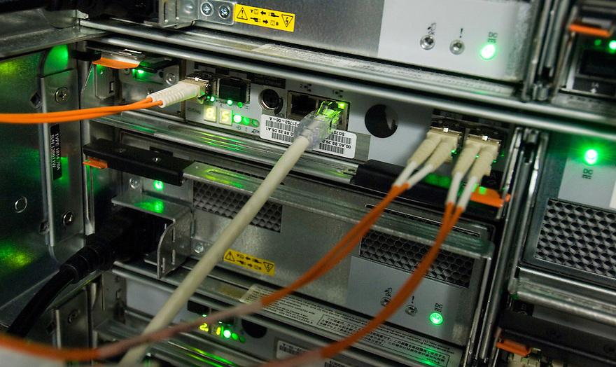 Nederland, Amsterdam, 13 juni 2007.Kabels van computers. Verbindingen, computer, connectie, contact, in verbinding staan, techniek. .Led's geven aan of de verbinding actief is.. Foto (c) Michiel Wijnbergh.