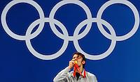 Matteo Tagliariol bacia la medaglia sotto i cinque cerchi.Fencing Hall - Men's Individual Epee - Spada.Pechino - Beijing 10/8/2008 Olimpiadi 2008 Olympic Games.Foto Andrea Staccioli Insidefoto