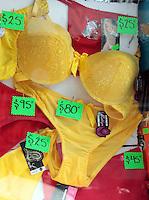 Oaxaca de Juárez. 31 de diciembre de 2013.- Es vísperas de año nuevo y con ello inician propósitos y anhelos de los mexicanos, quienes basan sus expectativas en creencias y supersticiones que enmarcan estas fechas, tales como la ingesta de uvas las cuales representan los meses y los deseos a cumplir.Así mismo, dentro de estas supersticiones se encuentra la adquisición de ropa interior de color amarillo o rojo, mismas que según los creyentes de estos rituales evocan el dinero y el amor, sin embargo estos supuestos están más basados en un término mercadotécnico que en algo espiritual, a pesar de ello, las tiendas se abarrotan de gente que quiere comprar estas prendas para recibir el año.Foto: Patricia Castellanos / OPA. www.obturafotografos.com