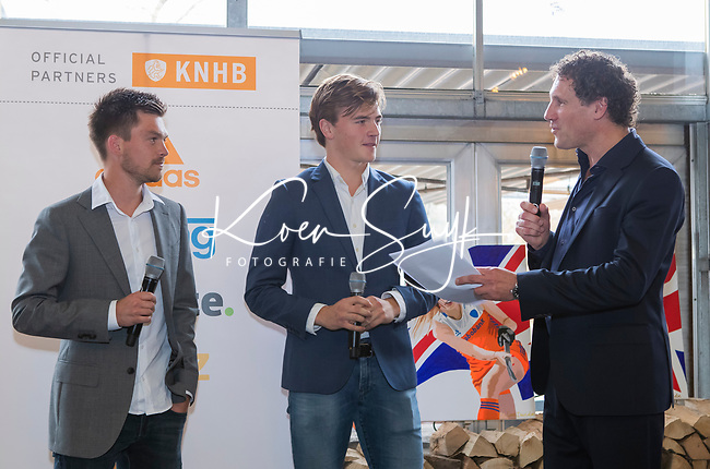 VOGELENZANG - presentator Marcel Maijer met Thierry Brinkman en Jorrit Croon, , die 50 interlands speelden, . Spelerslunch KNHB 2019.   COPYRIGHT KOEN SUYK