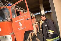 Feuerwehr in Qamishli, Rojava/Syrien.<br /> Von sieben Feuerwehr-Fahrzeugen die der YPG-Regierung in Qamishli zur Verfuegung stehen, ist nur eines funktionstuechtigt. Fuenf Fahrzeuge sind mit vorhandenen Mitteln nicht zu reparieren - Motorschaden, unbenutzbare Fahrerkabinen, defekte Stromleitungen.<br /> Zusaetzlich zumden Augaben der Feuerwehr muessen die 12 Feuerwehrmaenner - je 3 von ihnen arbeiten in 24-Stundenschichten - auch noch Wasser in Stadtteile ohne Wasserversorgung verteilen.<br /> Im Bild: Der arabische Feuerwehrmann Aziz an einem kaputten Feuerwehrfahrzeug das vor ueber 25 Jahren von der Freiwilligen Feuerwehr aus Kalkar nach Syrien gekommen ist. Wenn eine Batterie in das Fahrzeug eingesetzt wird, kann es fuer ca. 20 Minuten fahren, danach ist die Batterie alle. Der Fehler ist nicht zu finden.<br /> 15.12.2014, Qamishli/Rojava/Syrien<br /> Copyright: Christian-Ditsch.de<br /> [Inhaltsveraendernde Manipulation des Fotos nur nach ausdruecklicher Genehmigung des Fotografen. Vereinbarungen ueber Abtretung von Persoenlichkeitsrechten/Model Release der abgebildeten Person/Personen liegen nicht vor. NO MODEL RELEASE! Nur fuer Redaktionelle Zwecke. Don't publish without copyright Christian-Ditsch.de, Veroeffentlichung nur mit Fotografennennung, sowie gegen Honorar, MwSt. und Beleg. Konto: I N G - D i B a, IBAN DE58500105175400192269, BIC INGDDEFFXXX, Kontakt: post@christian-ditsch.de<br /> Bei der Bearbeitung der Dateiinformationen darf die Urheberkennzeichnung in den EXIF- und  IPTC-Daten nicht entfernt werden, diese sind in digitalen Medien nach §95c UrhG rechtlich geschuetzt. Der Urhebervermerk wird gemaess §13 UrhG verlangt.]