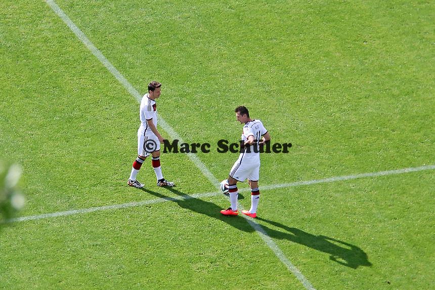 Miroslav Klose und Mesut Özil beim Anstoss - Testspiel der Deutschen Nationalmannschaft gegen die U20 im Rahmen der WM-Vorbereitung in St. Martin