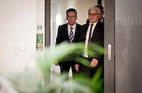 Verteidigungsminister Thomas de Maizi&egrave;re (CDU) und Frank-Walter Steinmeier (SPD) geben am Donnerstag (31.10.13) im Verteidigungsministerium in Berlin nach Koalitionsverhandlungen der Koalitions-Arbeitsgruppe &bdquo;Aussen, <br /> Verteidigung, Entwicklung&ldquo; eine Pressekonferenz.<br /> Foto: Axel Schmidt/CommonLens<br /> <br /> Berlin, Deutschland, Germany, politics, Regierungsbildung, Verteidigungspolitik, grosse Koalition, gro&szlig;e Koalition<br /> <br /> Berlin, 31.10.13 German Defense Minister and representative of the Christian Democratic Party (CDU) Thomas de Maizi&egrave;re (L) and parliamentary faction leader of Social Democratic Party (SPD) Frank-Walter Steinmeier attend a press conference after Coalition Talks.<br /> Photo: Axel Schmidt/CommonLens