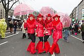 Düsseldorf, Deutschland. 26. February 2017. Ladies in Red beim Straßenkarneval auf der Kö in Düsseldorf. Düsseldorfer flanieren in bunten Karnevalskostümen und mit viel guter Laune über die Königsallee, beim sogenannten Kö-Treiben, einen Tag vor Rosenmontag.