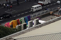 SAO PAULO, 01 DE JUNHO DE 2012 - BALOES LGBT PAULISTA - Baloes coloridos, simbolo no movimento LGBT sao colocados em cima do Conjunto Nacional na manha desta sexta feira, na Avenida Paulista, regiao central da capital. FOTO: ALEXANDRE MOREIRA - BRAZIL PHOTO PRESS