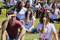 SAO PAULO, SP, 28.09.2013 - FESTIVAL DAS CORES - Participantes do Festival das Cores praticam Yoga no Parque Villa Lobos na regiao oeste de Sao Paulo na manha deste sabado. O evento celebra a chega da primavera. (Foto: William Volcov / Brazil Photo Press).