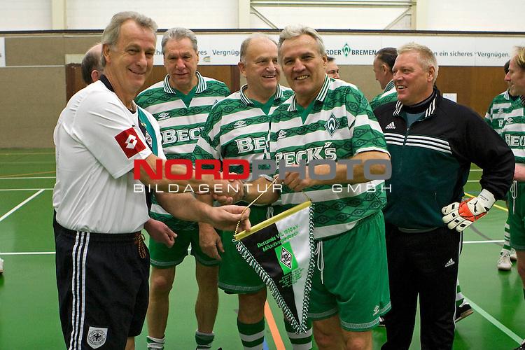 Kick Werder Bremen - Borussia MŲnchengladbach 6:6 14.02.2009<br /> <br /> &lsaquo;bergabe des Wimpels an die Gastgeber. JŁrgen L. Born (Werder Bremen - Vorsitzender der Gesch&scaron;ftsfŁhrung und Gesch&scaron;ftsfŁhrer Finanzen und &divide;ffentlichkeitsarbeit) im Hintergrund.<br /> <br /> Foto &copy; nph (  nordphoto  ) *** Local Caption ***