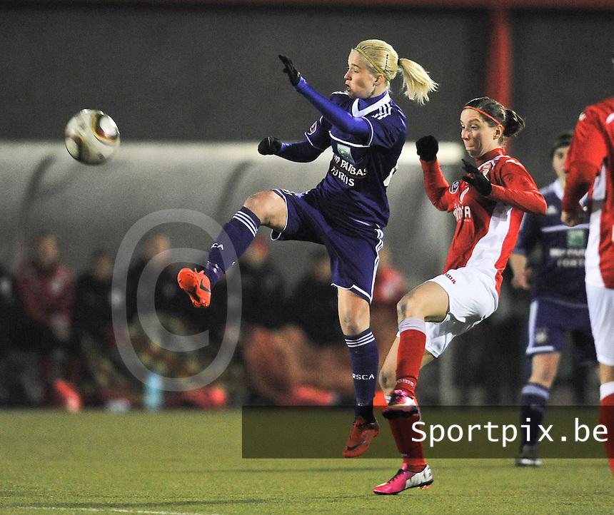 RSC Anderlecht - Standard Femina : Stephanie Van Gils aan de bal voor Berit Stevens.foto DAVID CATRY / Vrouwenteam.be