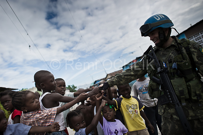 © Remi OCHLIK/IP3 - Port Au Prince on 2010 november 10 - Up to 200,000 Haitians could contract cholera as the outbreak which has already killed 800 is set to spread across the battered Caribbean nation of nearly 10 million, the United Nations said on Friday..U.N. brazilians soldiers of UN misson in Haiti, the Minusta patrol in Cite Soleil slum
