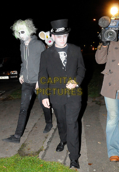 GUESTS .Jonathan Ross and family host a Halloween party for their celebrity friends at their home in London, England, 31st October 2008..Arriving full length costume dressed-up .CAP/FIN.©Steve Finn/Capital Pictures