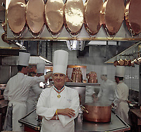 "Europe/France/Rhone-Alpes/69/Rhone/env de Lyon/Collonges -au-Mont-d'Or : Restaurant ""Paul Bocuse"" Paul Bocuse devant les fourneaux de sa cuisine [Non destiné à un usage publicitaire - Not intended for an advertising use]<br /> PHOTO D'ARCHIVES // ARCHIVAL IMAGES<br /> FRANCE 2000"