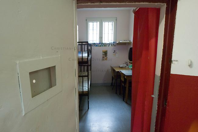 Frauen-Abschiebegefaengnis in Neuss, NRW<br /> Im &quot;Hafthaus Neuss&quot; der Justizvollzugsanstalt (JVA) Duesseldorf sind Frauen inhaftiert, die aus Deutschland abgeschoben werden sollen.<br /> Hier: Blick in eine Zelle fuer zwei Gefangene.<br /> 1.2.2008, Neuss<br /> Copyright: Christian-Ditsch.de<br /> [Inhaltsveraendernde Manipulation des Fotos nur nach ausdruecklicher Genehmigung des Fotografen. Vereinbarungen ueber Abtretung von Persoenlichkeitsrechten/Model Release der abgebildeten Person/Personen liegen nicht vor. NO MODEL RELEASE! Don't publish without copyright Christian-Ditsch.de, Veroeffentlichung nur mit Fotografennennung, sowie gegen Honorar, MwSt. und Beleg. Konto: I N G - D i B a, IBAN DE58500105175400192269, BIC INGDDEFFXXX, Kontakt: post@christian-ditsch.de<br /> Urhebervermerk wird gemaess Paragraph 13 UHG verlangt.]