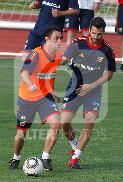 Spain's Xavi Hernadez (l) and Cesc Fabregas during training session.June 10, 2010. (ALTERPHOTOS/Acero)