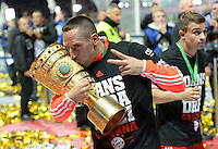 FUSSBALL       DFB POKAL FINALE        SAISON 2012/2013 FC Bayern Muenchen - VfB Stuttgart    01.06.2013 Bayern Muenchen ist Pokalsieger 2013: Franck Ribery (FC Bayern Muenchen) kuesst den Pokal