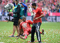 Fussball 1. Bundesliga   Saison  2012/2013   34. Spieltag   FC Bayern Muenchen  - FC Augsburg     11.05.2013 JUBEL; Deutscher Meister 2012/2013 FC Bayern Muenchen Biergraetsche; Emre Can (vorn) duscht David Alaba