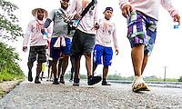 BELÉM, PA, 09.10.2014 - ROMEIROS / CÍRIO DE NAZARÉ / BELÉM - PARÁ  - Romeiros peregrinos de diversas cidades do Pará fazem romaria com destino a Belém pela na BR-316 na manhã desta quinta-feira (09). Romeiros fazem parte de uma legião de devotos que vêm até a capital paraense participar dos festejos do Círio de Nossa Senhora de Nazaré. BR-316 ficam cheios  de romeiros que deixam suas cidades, em um ato de fé, devoção e momento de celebração .Durante todo o trajeto encontram voluntários que realizam a distribuição de água, sucos e lanches para os caminhantes. Alguns grupos chegam a percorrer cerca de 190km até a capital  Belém. Na foto grupo de devotos da cidade de Maracanã cerca de 190km da capital Belém. O grupo pretende chegar em Belém no sábado, cerca de 85 pessoas participam do grupo da igreja São Miguel Arcanjo. (Foto: Paulo Lisboa / Brazil Photo Press)
