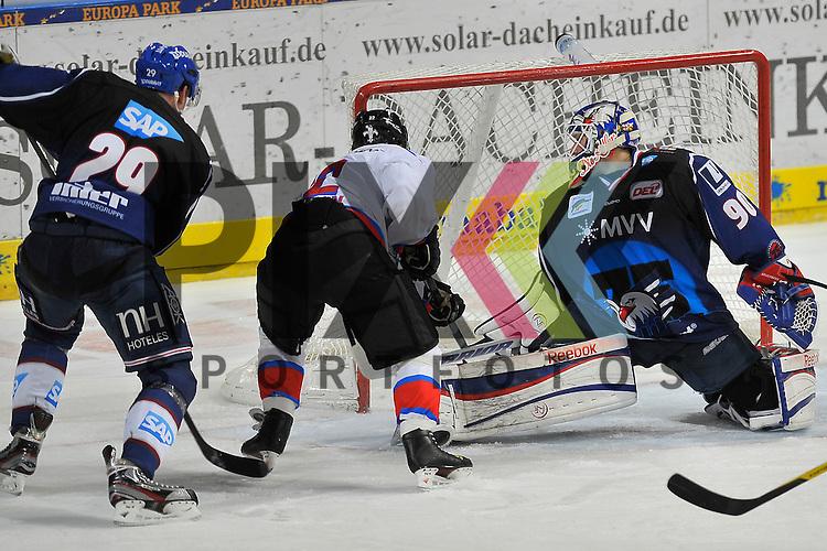 Nuernbergs Yan Stastny (Nr.22) bei seinem 5:3 gegen Mannheims Denis Reul (Nr.29) und Mannheims Felix Br&uuml;ckmann (Nr.90) im Tor beim Spiel in der DEL, Adler Mannheim - Nuernberg Ice Tigers.<br /> <br /> Foto &copy; Ice-Hockey-Picture-24 *** Foto ist honorarpflichtig! *** Auf Anfrage in hoeherer Qualitaet/Aufloesung. Belegexemplar erbeten. Veroeffentlichung ausschliesslich fuer journalistisch-publizistische Zwecke. For editorial use only.