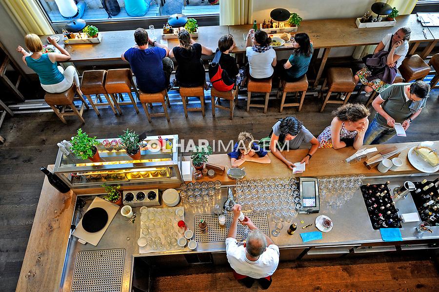 Pessoas em restaurante, Berlin. Alemanha. 2011. Foto de Juca Martins.