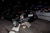 ATENCAO EDITOR: FOTO EMBARGADA PARA VEICULOS INTERNACIONAIS. SAO PAULO, SP, 04 DE NOVEMBRO DE 2012 - ACIDENTE CARRO X CARRO - Dois veiculos bateram, nesta noite de domingo (04), no cruzamento das avenidas Aricanduva e Ragueb Chofi, uma vitima atendida pelos bombeiros foi socorrida ao hospital, com ferimentos no torax.   FOTO RICARDO LOU - BRAZIL PHOTO PRESS