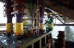 In Utrecht wordt met hulp van vijzels, staalklossen en een meetlint, de oude Demkaspoorbrug een metertje opgetild. De 3.000 ton zware stalen oeververbinding over het Amsterdam-Rijnkanaal krijgt, in opdracht van ProRail een grondige renovatiebeurt. Door hoger op te krikken, passen er werkbordessen onder de brug voor een grote schilderbeurt en kan men de onderkant geluidsarm dichtmaken. Door de rails vast te leggen in een kurkrubberemulsie, hoopt men het geluid net zo te dempen als de nieuwe Werkspoorbrug ernaast, die de stilste van Nederland is. De klus moet rond oktober 2004 klaar zijn.NO INTERNET UTRECHT - In Utrecht wordt met hulp van vijzels, staalklossen en een meetlint, de oude Demkaspoorbrug een metertje opgetild. De 3.000 ton zware stalen oeververbinding over het Amsterdam-Rijnkanaal krijgt, in opdracht van ProRail een grondige renovatiebeurt. Door hoger op te krikken, passen er werkbordessen onder de brug voor een grote schilderbeurt en kan men de onderkant geluidsarm dichtmaken. Door de rails vast te leggen in een kurkrubberemulsie, hoopt men het geluid net zo te dempen als de nieuwe Werkspoorbrug ernaast, die de stilste van Nederland is. De klus moet over een half jaar klaar zijn. COPYRIGHT TON BORSBOOM