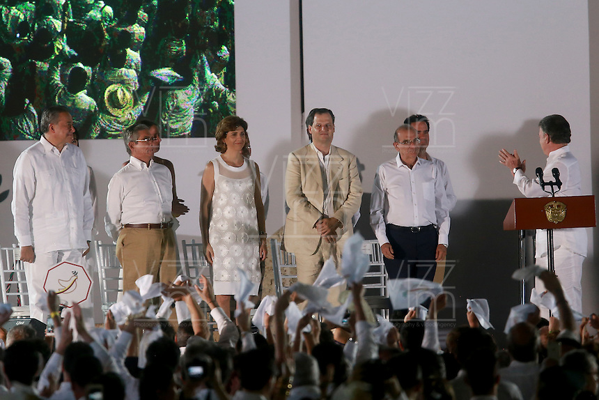 CARTAGENA- COLOMBIA -26-09-2016: Juan Manuel Santos, Presidente de Colombia y Rodrigo Londoño, Comandante de las Fuerzas Armadas Revolucionarias de Colombia Ejercito del Pueblo, durante la firma del acuerdo de Paz entre el gobierno de Colombia y la guerrilla de izquierda de las Fuerzas Armadas Revolucionarias de Colombia Ejercito del Pueblo (FARC EP) el presidente Juan Manuel Santos pide un aplauso a los negociadores del gobierno / Juan Manuel Santos, President of Colombia and Rodrigo Londoño, Commander of the Revolutionary Armed Forces of Colombia People's Army, during the signing of the peace agreement between the government of Colombia and leftist guerrillas of the Revolutionary Armed Forces of Colombia People's Army (FARC EP) the President Juan Manuel Santos ask for a applauses to Government negotiators.   Photo: VizzorImage / Ivan Valencia / Cont.