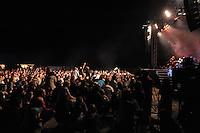 1050 Jahre Eilenburg. Stadtfest. Konzert auf der PSR-Buehne. Die Berliner Band Culcha Candela startet senkrecht! Das Eilenburger Publikum geht mit. im Bild: Die Maenner von Culcha Candela sagen runter. Die Eilenburger sind brav und machen mit. Foto: Alexander Bley