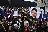 &quot;Ich bin Gott :)&quot; - Kaczysnki als Kim Jong-il.<br />Demonstration gegen das neue Mediengesetz und die polnische Regierung vor dem Polnischen Fernsehen TVP. <br /><br />An anti-government demonstrationby the &quot;Committee for the Defense of Democracy&quot; (KOD) for free media in front of the Polish public Television (TVP) headquarter in Warsaw.
