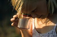Mädchen, Kind beobachtet Insekt in Becherlupenglas, Becherlupe, Lupe