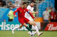 SARANSK - RUSIA, 25-06-2018: Milad MOHAMMADI (Der) jugador de RI de Irán disputa el balón con Cristiano RONALDO (C) (Izq) jugador de Portugal durante partido de la primera fase, Grupo B, por la Copa Mundial de la FIFA Rusia 2018 jugado en el estadio Mordovia Arena en Saransk, Rusia. /  Milad MOHAMMADI (R) player of IR Iran fights the ball with Cristiano RONALDO (C) (L) player of Portugal during match of the first phase, Group B, for the FIFA World Cup Russia 2018 played at Mordovia Arena stadium in Saransk, Russia. Photo: VizzorImage / Julian Medina / Cont