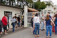 CURITIBA, PR, 02.11.2014 - VESTIBULAR FEDERAL - UFPR / CURITIBA -  Movimentação durante a entrada dos candidatos para o vestibular da UFPR (Universidade Federal do Paraná),  na tarde deste domingo (02). Nese domingo inicia a primeira fase do maior vestobular da história da UFPR. O vestibular 2014/2015 possui São 57.068 candidatos, que disputam 6.755 vagas de 117 cursos.  (Foto: Paulo Lisboa / Brazil Photo Press)