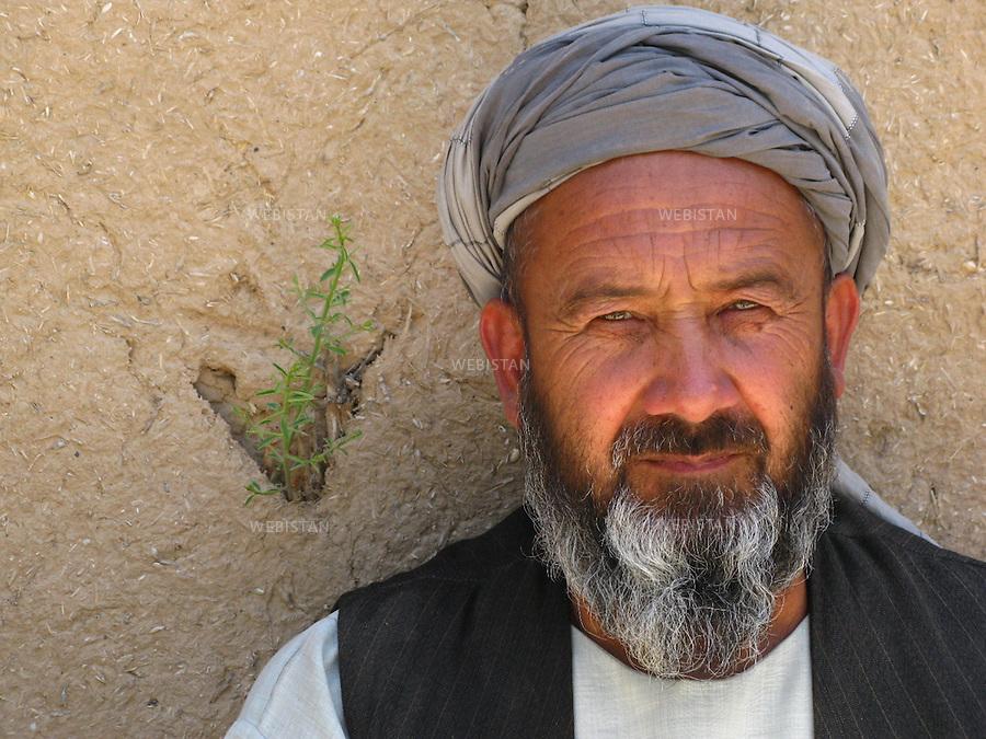 AFGHANISTAN - PROVINCE DE SAMANGAN - AYBAK - 5/08/2009 : Rassemblement de population, en majorite Ouzbek, venue ecouter et soutenir le Dr. Abdullah Abdullah, candidat aux elections presidentielles afghanes de 2009. .Portrait d'un homme ouzbek en costume traditionnel afghan...AFGHANISTAN - SAMANGAN PROVINCE - AYBAK - 5/08/2009 : At a rally where mostly ethnic Uzbeks have gathered in support  of Dr. Abdullah Abdullah, candidate in the 2009 Afghan presidential elections..Portrait of an Uzbek man in traditional Afghan dress.