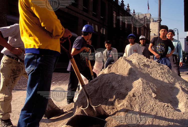 Construction workers using cement, Mexico...© Mark Henley/Panos Pictures