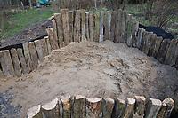 Anlage eines Sandariums im Garten, Schritt 4: Die ausgehobene Grube wird mit ungewaschenem Sand, Füllsand aufgefüllt. Sandarium, Sand, Sandfläche, Sandhaufen im Garten, Naturgarten, Nisthilfe für Wildbienen und solitäre Wespen, Lebensraum für Eidechsen, Eidechse. Soll verschiedenen Insekten als Unterschlupf, Nistplatz, und Nahrungsquelle dienen. Mehr als die Hälfte der Wildbienenarten, welche Nester bauen, nisten im Erdboden. Wildbienen-Nisthilfen, Wildbienen-Nisthilfe selbermachen, selber machen, Wildbienenhotel, Insektenhotel, Wildbienen-Hotel, Insekten-Hotel